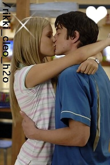 Emma&Ash kiss(L)