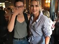 Claire Holt con una fan en Los Angeles