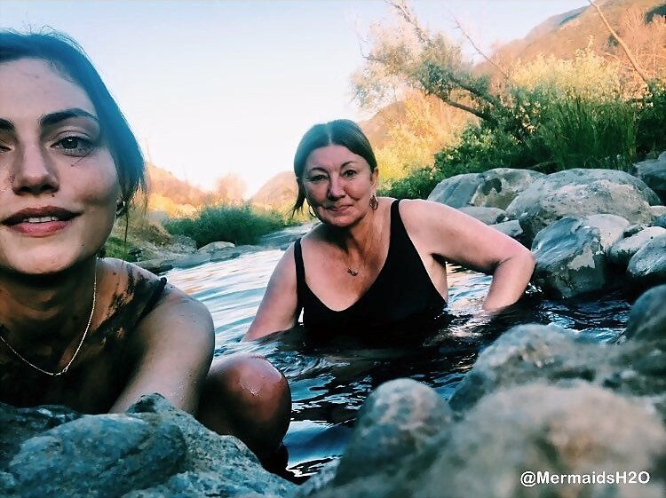 Phoebe Tonkin y su madre | July 2018