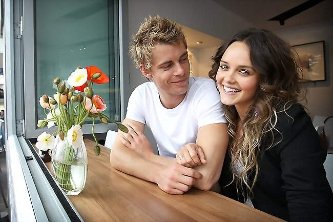 Luke Mitchell photoshoot con Rebecca Breeds