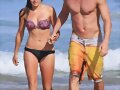 Luke Mitchell y Rebecca Breeds en la playa
