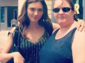 Phoebe Tonkin con una fan en set de The Originals
