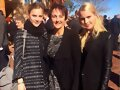 Claire Holt con su hermana Madeline Holt y madre