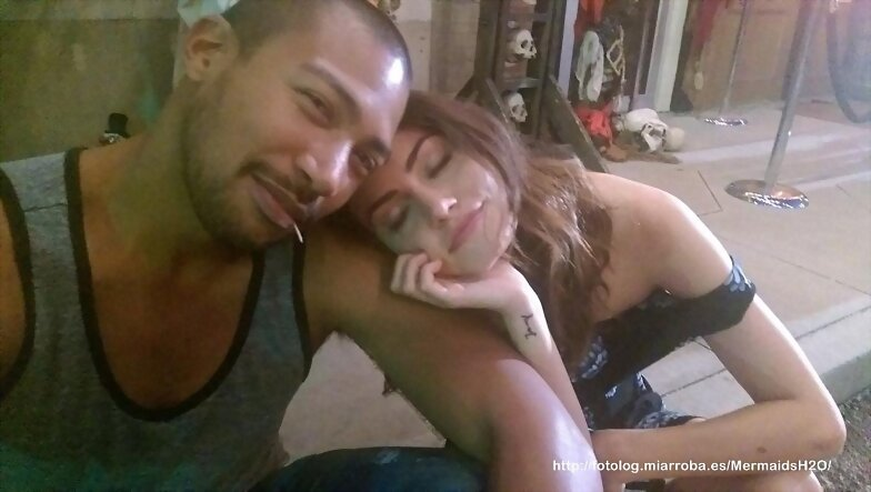Phoebe Tonkin y Charles en el set de The Originals