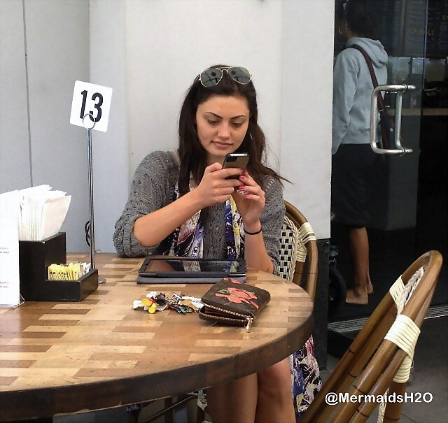 Phoebe Tonkin - Enjoying a Latte in an Los Angeles